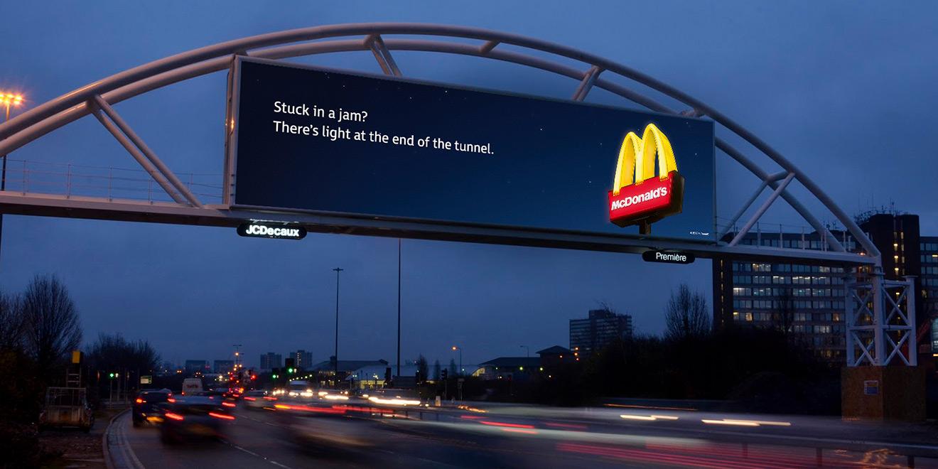Умная реклама на рекламном щите McDonald's